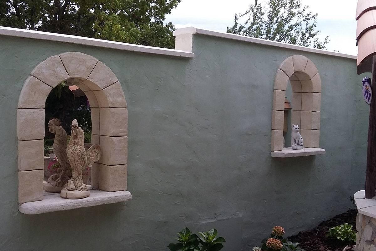 Miroir semi-rond en trompe l'œil dans un jardin