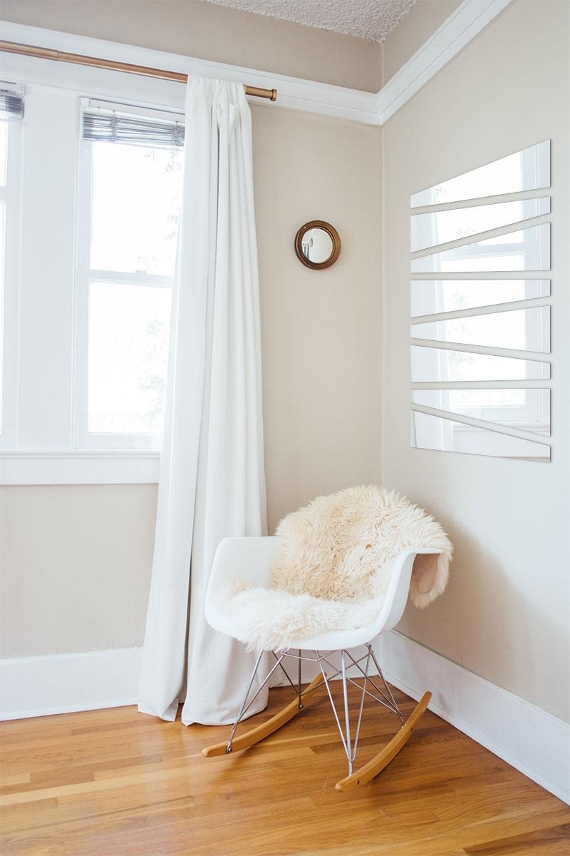 Miroir trapèze dans un salon de style scandinave